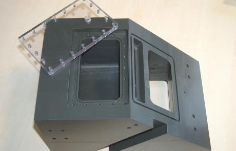 Fraesen-Klotz-mit-Sichtfenster